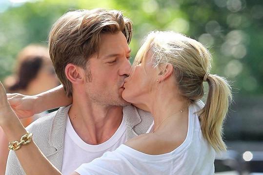 Cameron Diaz během líbací scény s pohledným kolegou.
