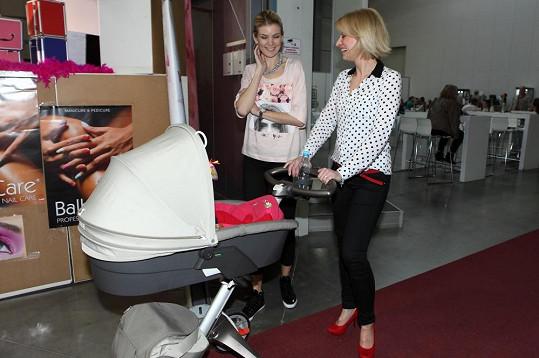 Iveta ukazovala miminko a kočárek kamarádce, moderátorce Kristině Kloubkové.