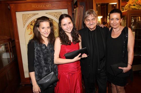 Pavel Soukup s manželkou Isabelou a dcerami Patricií (zcela vlevo) a Pamelou