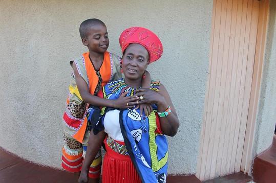 Saneliho manželka by mohla být s přehledem jeho babička.