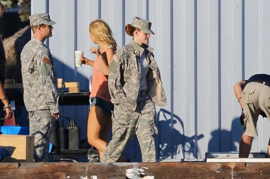 Během natáčení měla Kristen sexy vojenskou uniformu.