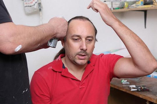 Vojtko upozorňoval na transplantované vlasy, aby si tým vyrábějící masku dával pořádný pozor.