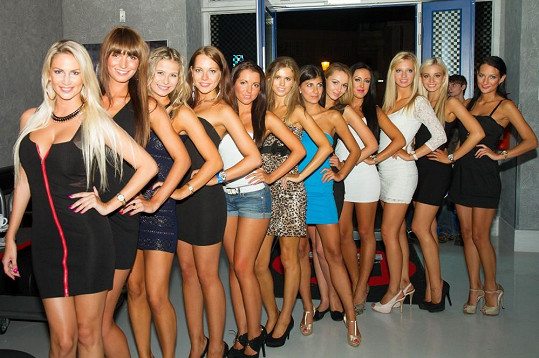 Vítězka Tuning Girl září Andrea Járová s dívkami z castingu.