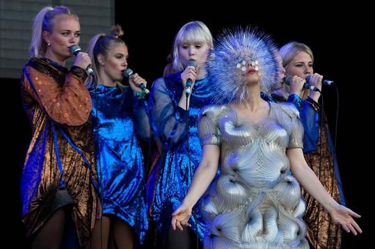 Björk je známá svými kontroverzními převleky.