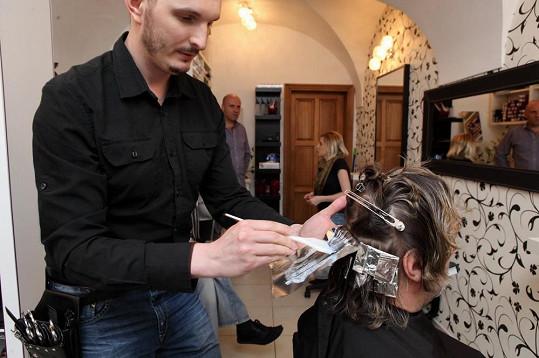Na melírech si dává kadeřník Martin Žifčák záležet. Dalibor Janda už léta zakrývá šediny tímto způsobem.