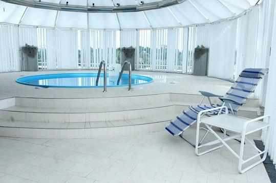 Štáb jí dal k dispozici prezidentské apartmá, kde má k dispozici i bazén.