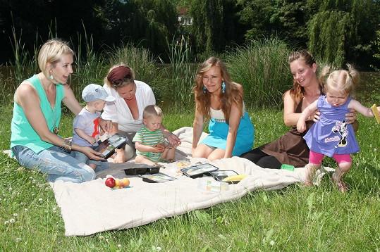 Jovanka s kamarádkami na pikniku u rybníka Šmatlík.