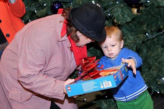 Letos už babičce pomáhal s dárky.
