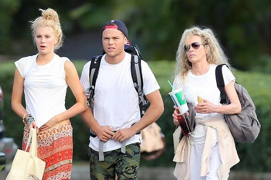 Kim s dcerou a jejím přítelem Slaterem Troutem loni.