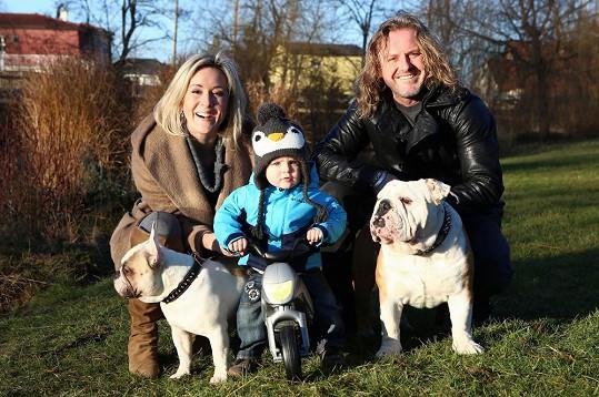 Pepa Vojtek s celou rodinou na procházce