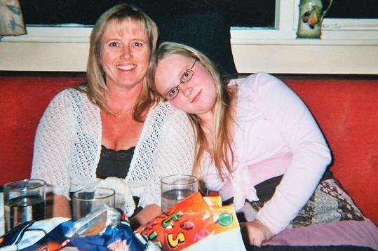 Patnáctiletá Emma s maminkou.