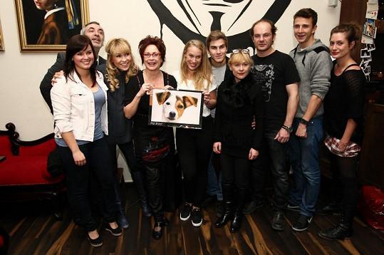 Patricie Solaříková a část herců, kteří se nechali nafotit pro kalendář.