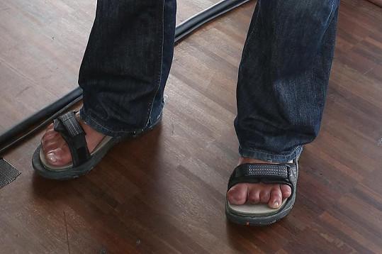 V sandálech bylo vidět, že mu chybí hodně článků u prstů na nohou.
