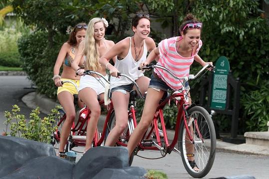 Na místní trh přijely holky na speciálním kole.