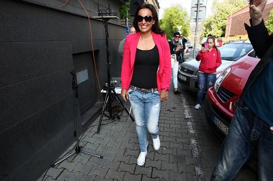 Lucie dorazila před budovu rádia.