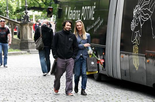 Bára Poláková a Pavel Liška přišli, aby zahájili provoz Kavárny Potmě.