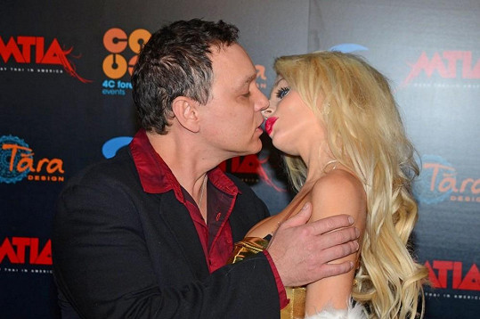 Courtney opustila svého muže Douga Hutchisona a odletěla do Londýna.