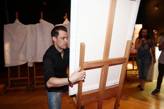 Kromě role moderátora Leoš zastal i funkci stěhováka a přemisťoval panely s vizuály aktuálních účesů.