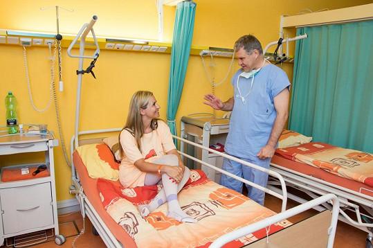 Monika těsně před operací konzultuje zákrok s doktorem Ondrejkou přímo ve svém pokoji, kde si poleží dva dny.