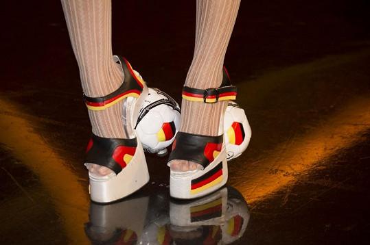 Má i speciální botičky v německých barvách.