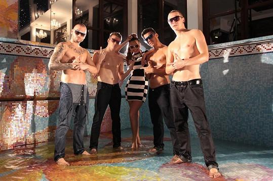 Moničina přítele si v hudebním videu zahrál Johnny Perfekto, tanečník a spolumajitel Hip Hop Fakulty, jejíž tanečníci spolupracovali stakovými hvězdami, jako jsou Black Eyed Peas, Jay-Z nebo Kanye West.