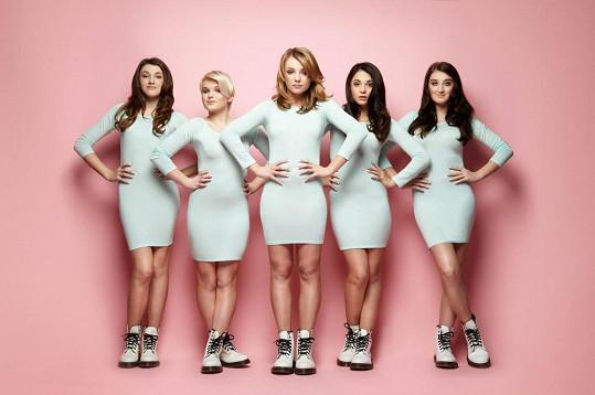V přiléhavých šatech se dívky z 5Angels dost styděly.