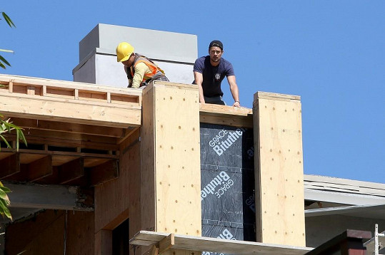 Zpěvaččin manžel se aktivně podílí na stavbě domu.