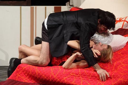 Ivana Jirešová a Zdeněk Podhůrský se na sebe vrhli v divadelní hře Hledání ztraceného ráje.