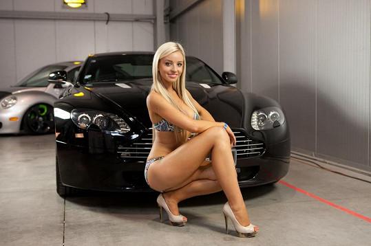 Robert Novotný ji zvěční u luxusní káry Aston Martin.