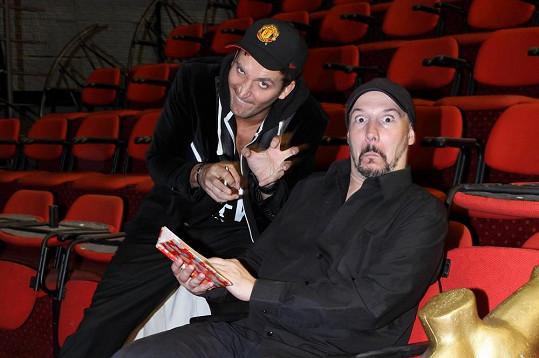 Herci z muzikálu Fantom opery dělají skopičiny.
