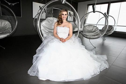 Takto komplikované šaty by už prý ve svatební den neoblékla.
