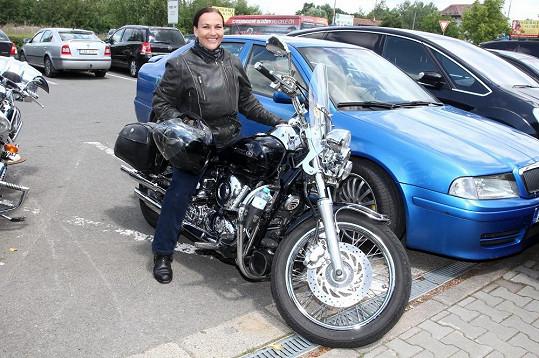 Do Dvora Králové přijela na své milované motorce.