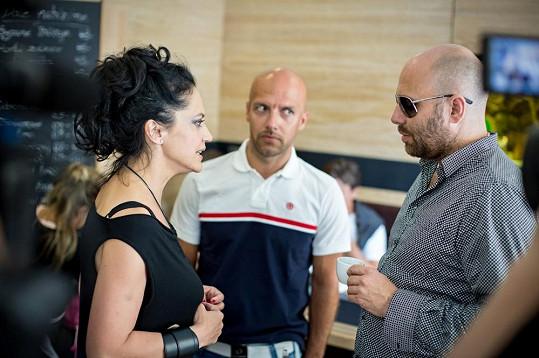 Lucie se radí s tvůrci jejího turné, choreografem Miňo Kerešem a režisérem Jeffo Minaríkem.