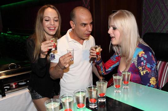 Ornella Štiková si na párty dopřála panáka.