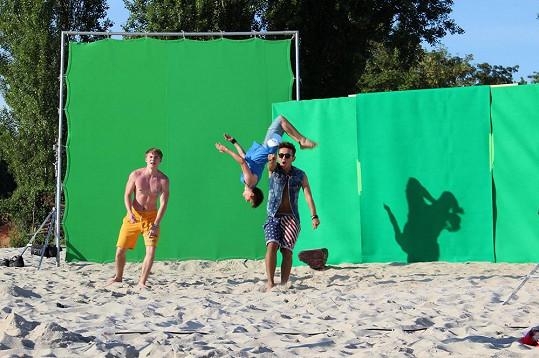 Natáčení probíhalo před zelenou stěnou.