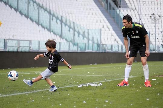 Gigi si zahrál fotbal se synem.