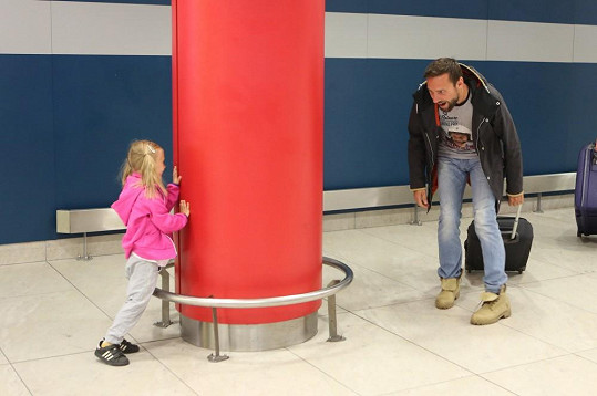 Roman Vojtek s dcerou Editou hrál hru na schovku rovnou na letišti.
