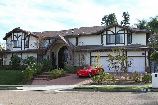 Tento dům je nyní domovem pro Tori Spelling, Deana McDermotta a jejich čtyři děti.