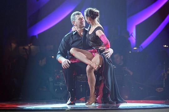 Imrich Bugár si žhavé tanečky viditelně užívá.