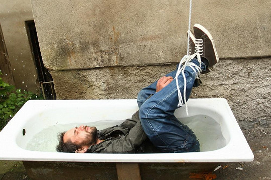 Filip Čapka si při natáčení seriálu Cesty domů užívá různé drsné scény.