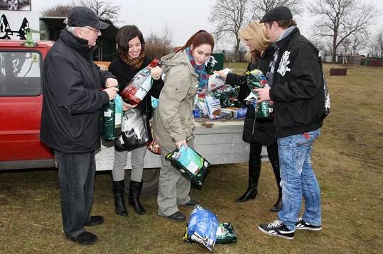 Ladislav Potměšil, Klára Jandová, Kristýna Janáčková a Kateřina Brožová si udělali čas a o Velikonocích zamířili do záchranné stanice pro psy.