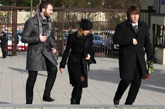 Bobkovy děti, syn Pavel a dcera Klára, přicházejí na obřad.
