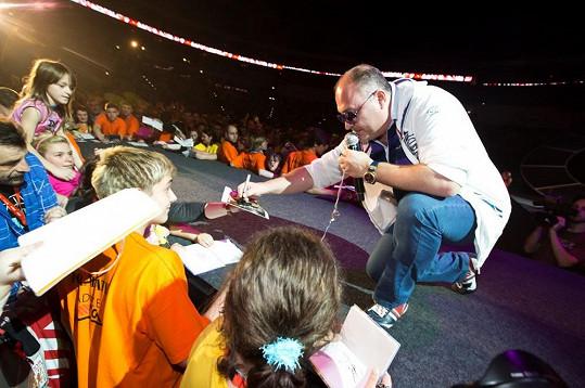 Michal David vystupuje také pro charitu. Naposledy zazpíval na koncertu Chceme žít s vámi.
