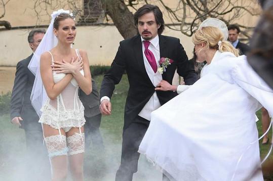 Nevěsta Mirka si svou veselku takhle nepředstavovala.