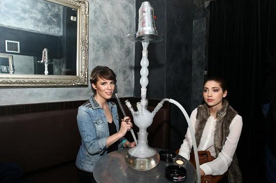 Andrea s kamarádkou Denisou Domanskou na párty v Coco baru pokuřovaly šíšu.