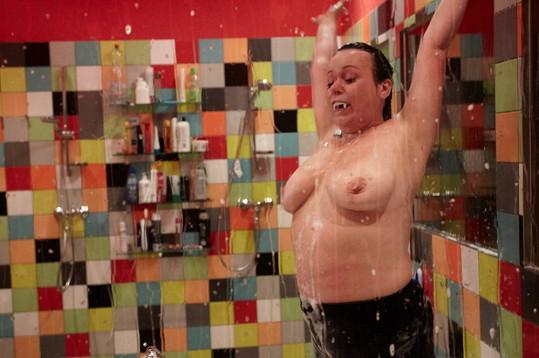 Ve sprše se nestyděla ukázat své poklady.