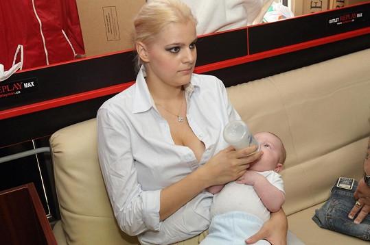 Ornella Štiková na nákupy v Berouně vzala syna Quentina.