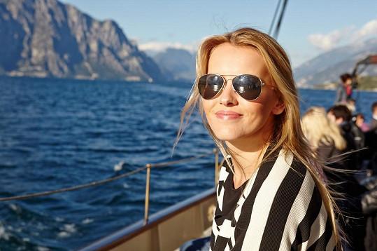 Krásky nejen zkoušely nové auto, ale vyrazily i na projížďku lodí po jezeře Lago di Garda.