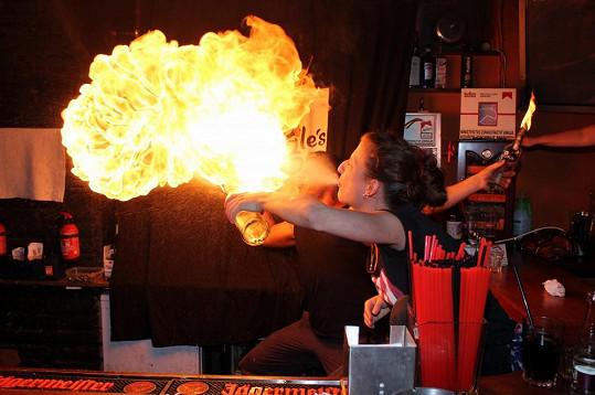 Oheň plivala majitelka baru Veronika.