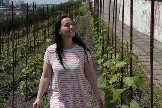 Jana Rychterová se v novém klipu producíruje v noční košili.
